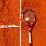 Tennisschläger auf Tennisplatz - Pixabay.com